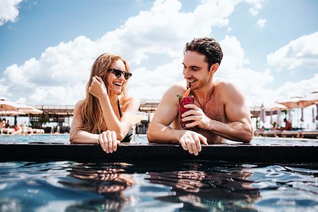 Jeune couple, reposer, à, piscine
