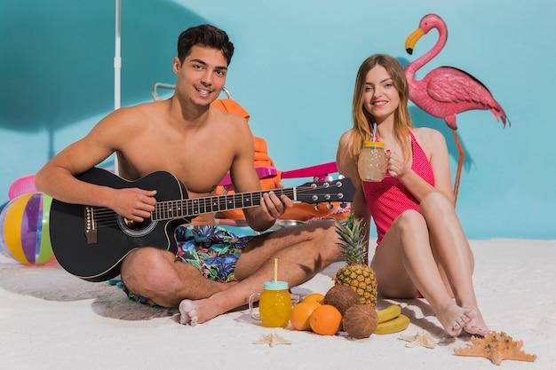 Jeune couple, reposer, plage