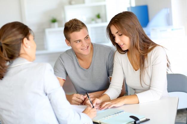 Jeune couple, réunion, consultant financier, pour, prêt crédit