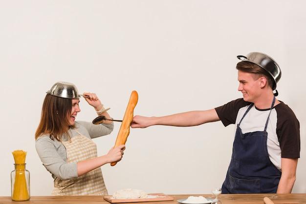 Jeune couple, rigoler, pendant, cuisine, dans cuisine