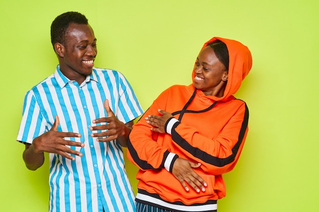 Jeune couple, rire