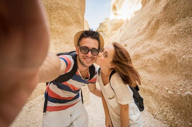 Jeune couple rit tout en faisant un selfie dans le grand canyon