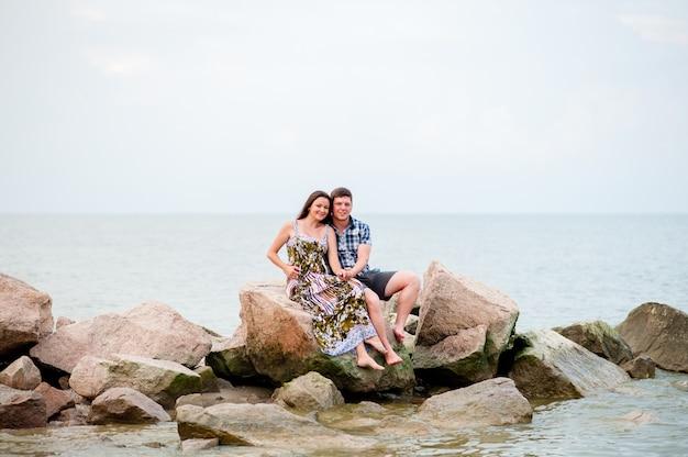 Jeune couple sur les rochers de la mer