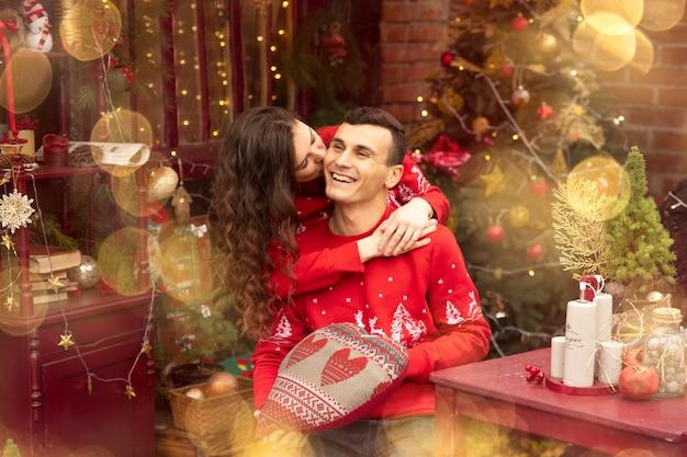 Jeune couple romantique appréciant de passer du temps ensemble le soir du nouvel an et de s'embrasser à la saint-valentin.