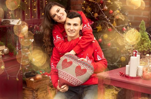 Jeune couple romantique appréciant de passer du temps ensemble à la veille du nouvel an. deux amants s'embrassent et s'embrassent à la saint-valentin.