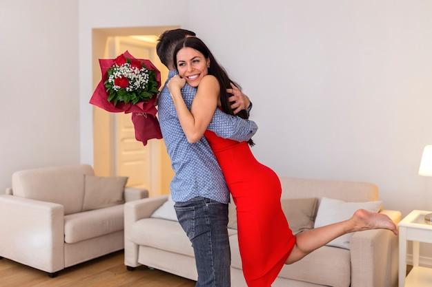 Jeune couple romantique célébrant la saint valentin