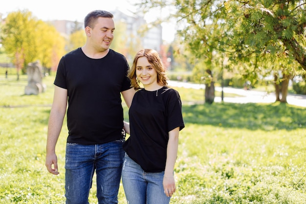 Un jeune couple romantique s'amuse à l'extérieur.