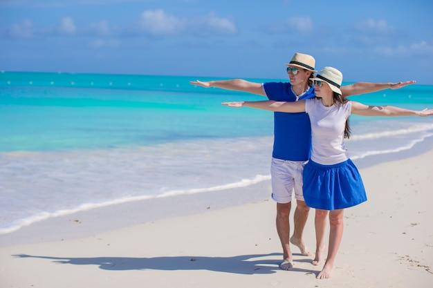 Jeune couple romantique s'amuser à la plage des caraïbes