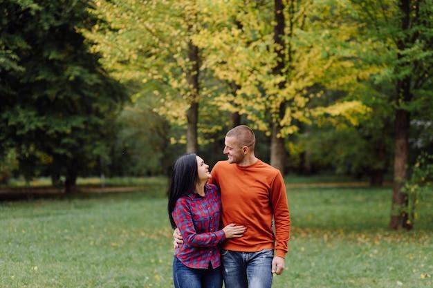 Un jeune couple s'amusant dans le parc en automne. rencontres, attrayant