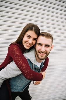 Jeune couple s'amusant devant le garage