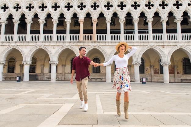 Jeune couple s'amusant lors d'une visite à venise - touristes voyageant en italie et visitant les monuments les plus importants de venise - concepts sur le style de vie, les voyages, le tourisme