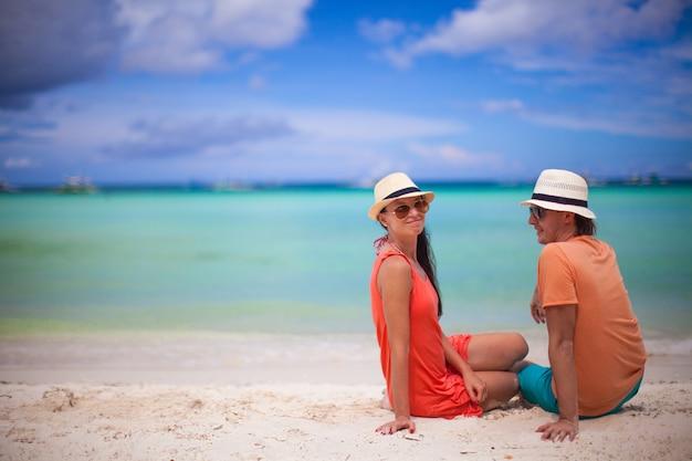 Jeune couple s'amusant sur une plage tropicale