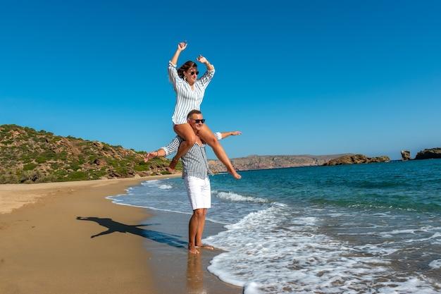 Jeune couple s'amusant sur la plage.