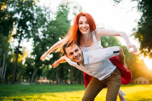 Jeune couple s'amuse ensemble dans le parc d'été