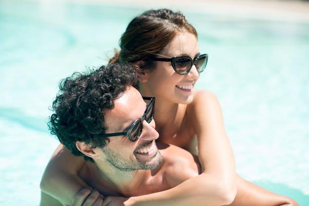 Jeune couple s'amuser dans l'eau