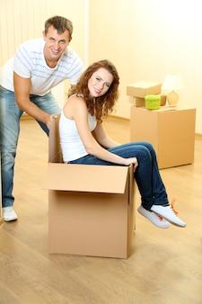 Jeune couple s'amuser dans la nouvelle maison dans la chambre