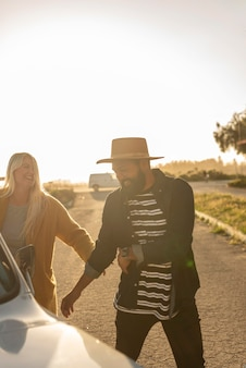 Jeune couple s'amuser lors de leur voyage en voiture