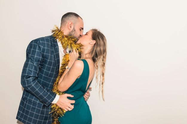 Jeune couple s'embrassant à la fête