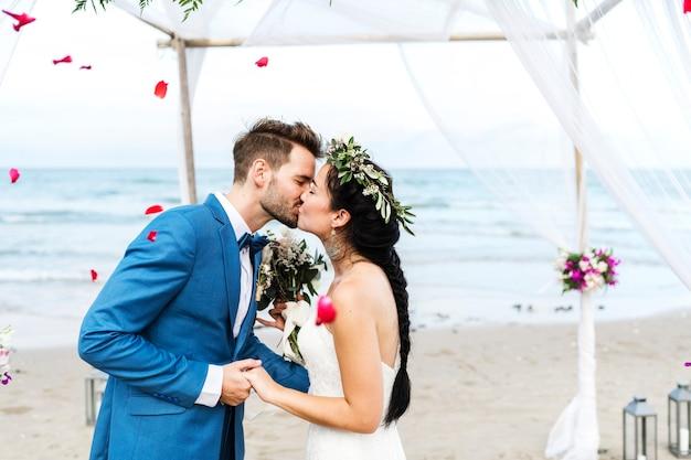 Jeune couple s'embrassant à la réception de mariage
