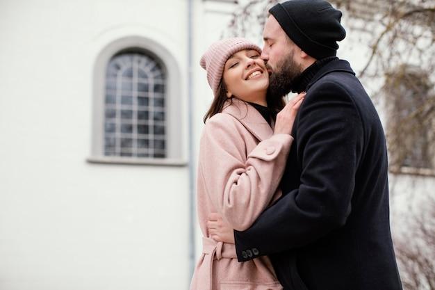 Jeune couple s'embrasser en plein air