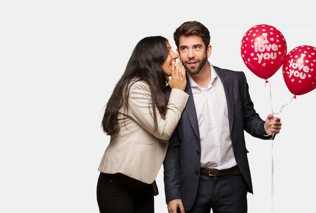 Jeune couple, saint valentin, chuchoter, potins, aigrement