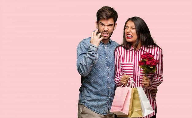 Jeune couple en saint valentin en colère et contrarié