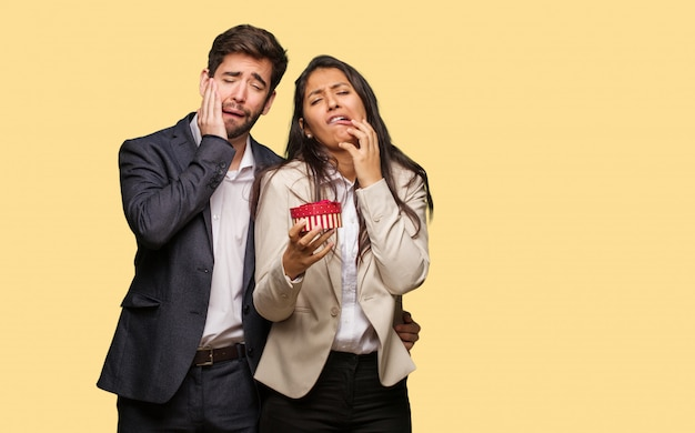 Jeune couple en saint valentin désespéré et triste
