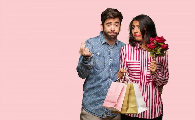 Jeune couple en saint valentin fait un geste de nécessité