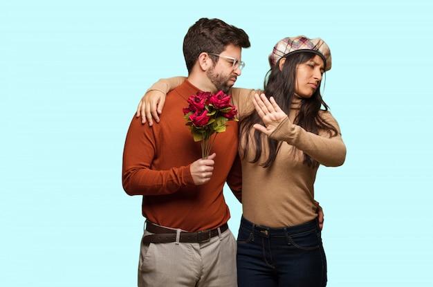 Jeune couple, saint valentin, mettre, main devant