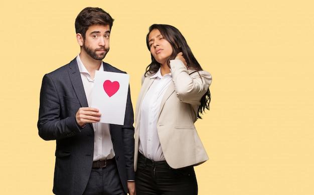 Jeune couple en saint valentin souffrant de douleurs au cou