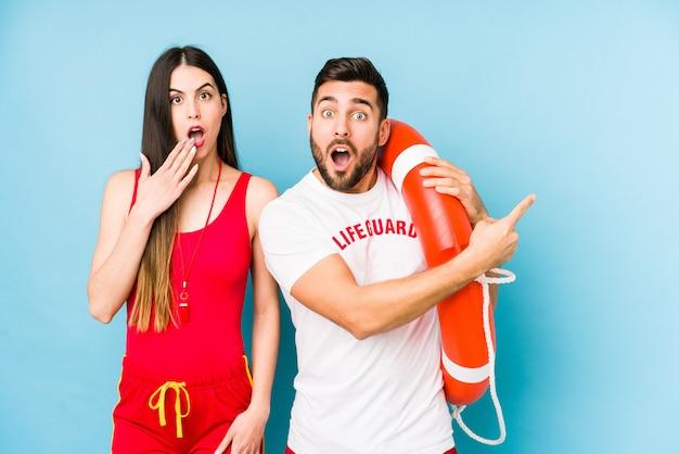 Jeune couple sauveteur pointant vers le côté