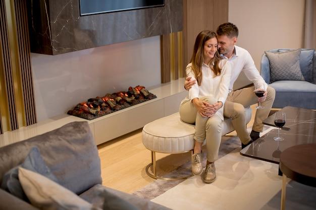 Jeune couple se détend dans le salon de luxe