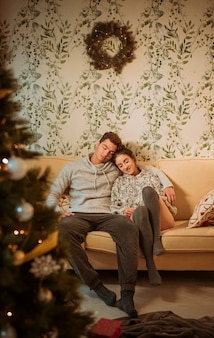 Jeune couple se détendre sur un canapé