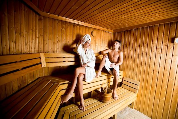 Jeune couple se détendre dans un sauna