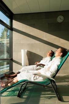Jeune couple se détendre dans un spa