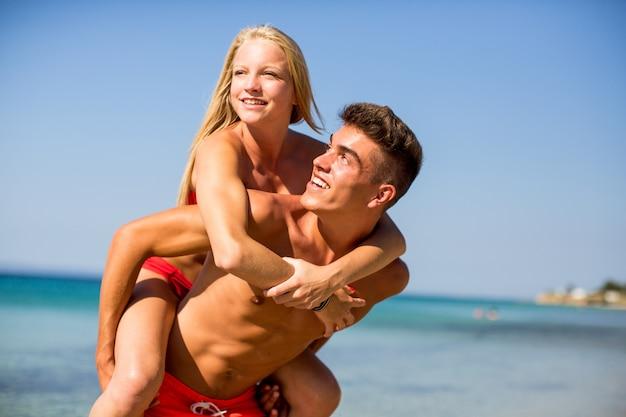Jeune couple se détendre sur la plage