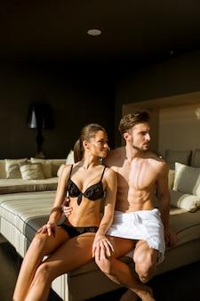 Jeune couple se détendre et profiter de la chambre