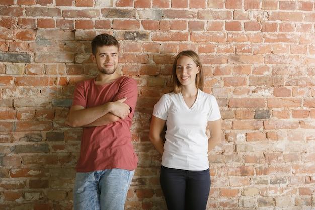 Jeune couple se prépare à faire la réparation d'appartement ensemble eux-mêmes