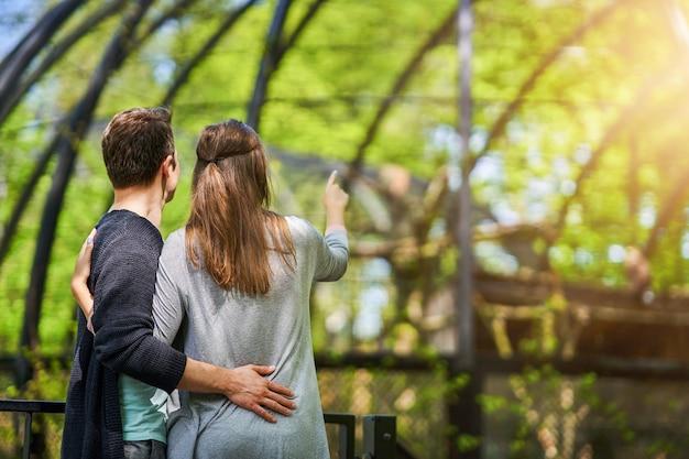 Jeune couple se promenant dans le parc