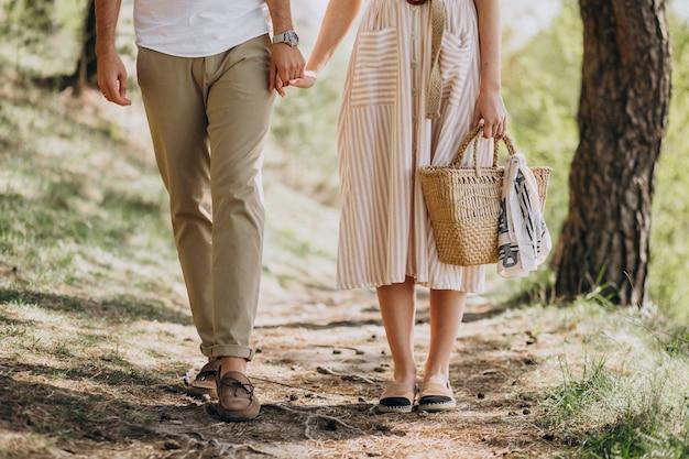 Jeune couple se promener dans les bois
