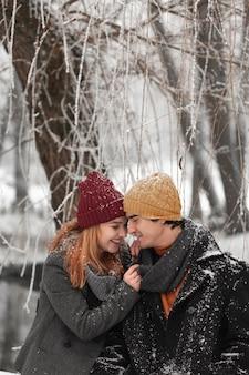 Jeune couple se regardant dans le parc