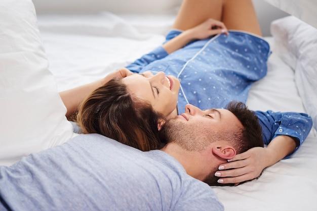 Jeune couple se reposer le matin