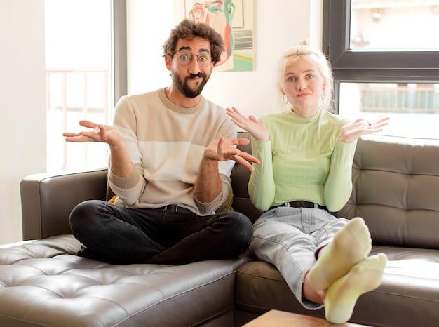 Jeune couple se sentant perplexe et confus en doutant