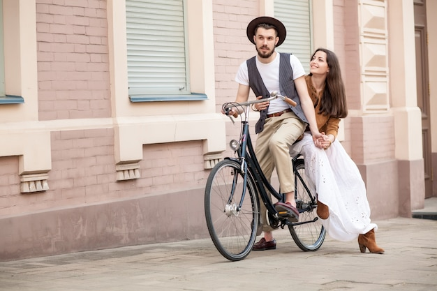 Jeune, couple, séance, bicyclette, contre, mur