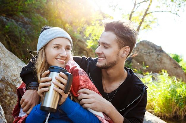 Jeune, couple, séance, rocher, canyon, sourire, boire, thé