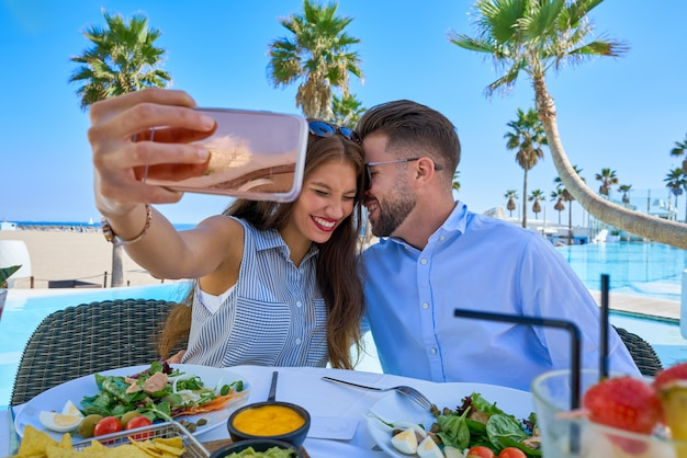 Jeune couple selfie smartphone photo