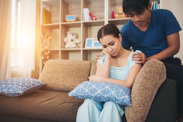Jeune couple sérieux dans le salon