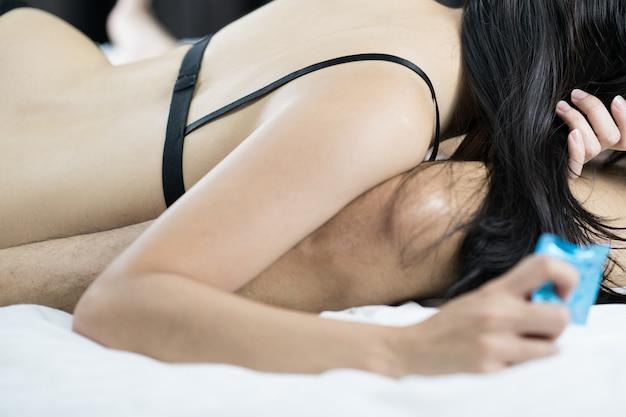 Jeune couple sexy amoureux couché dans son lit