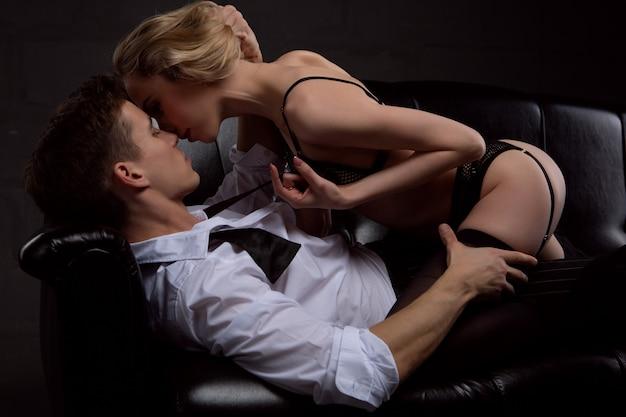 Un jeune couple sexy séduisant dans une étreinte passionnée et tendre. la notion de relation