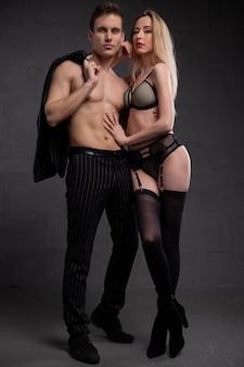 Jeune couple sexy séduisant dans une étreinte passionnée et tendre